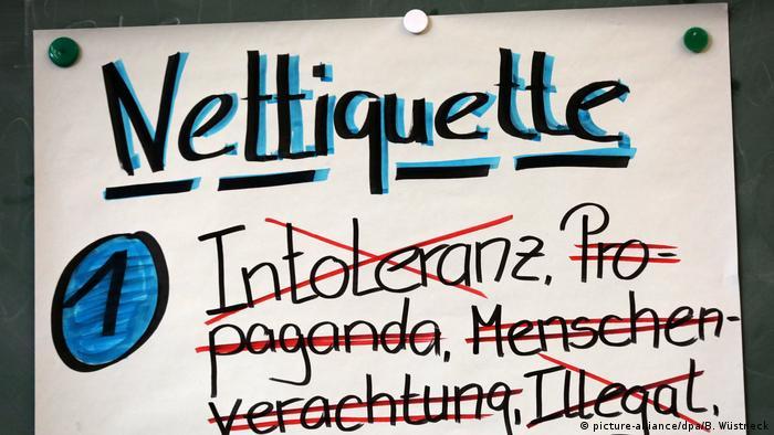 Schriftzug Nettiquette auf einer Pinnwand