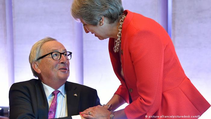 Jean-Claude Juncker & Theresa May at a Brexit informal meeting in Salzburg, Austria (picture-alliance/picturedesk.com/B. Gindl)