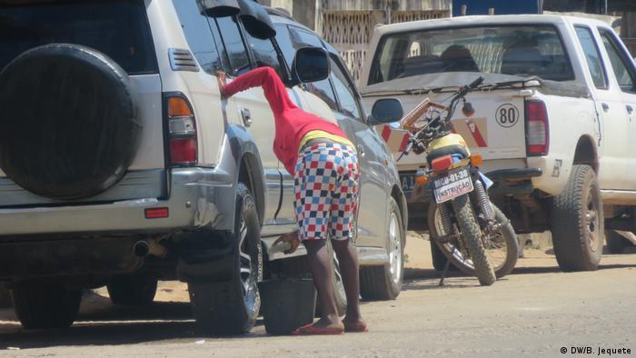 Mosambik Straßenhändler in Chimoio (DW/B. Jequete)