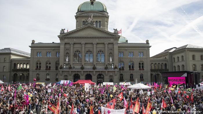 Protesters gathered before the national assembly building in Bern (picture-alliance/Keystone/P. Schneider)