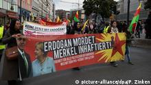 22.09.2018, Berlin: Teilnehmer an einer Demonstration gegen den Deutschland-Besuch des türkischen Staatspräsidenten Erdogan ziehen durch Neukölln. Foto: Paul Zinken/dpa | Verwendung weltweit