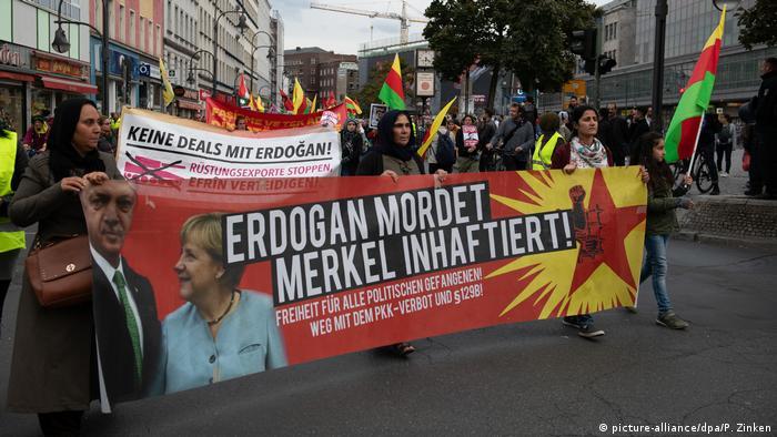 Berlin'deki gösteri de Erdoğan'ın yanı sıra Merkel de hedefteydi.