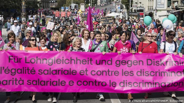 Schweiz Proteste für Lohngleichheit in Bern