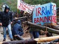Активісти будують барикаду під час протесту в Гамбахському лісі