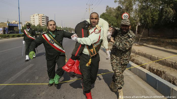 Soldier carrying an injured comrade on a street in Ahvaz (picture-alliance/Photoshot/ISNA/M. Jaberian)