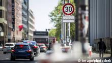 Ein Verkehrsschild zur Vorgabe der maximalen Geschwindigkeit auf 30 km/h haengt ueber dem Schild Luftreinhaltung auf der Leipziger Strasse in Berlin, 04.05.2018. Berlin Deutschland *** A traffic sign for setting the maximum speed to 30 km h hangs over the sign air pollution control on the Leipziger Strasse in Berlin 04 05 2018 Berlin Germany PUBLICATIONxINxGERxSUIxAUTxONLY Copyright: xFlorianxGaertner/photothek.netx