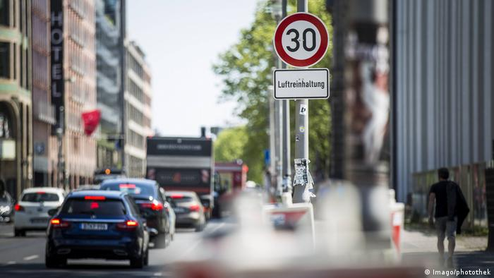 A traffic sign stating keep air clear in German