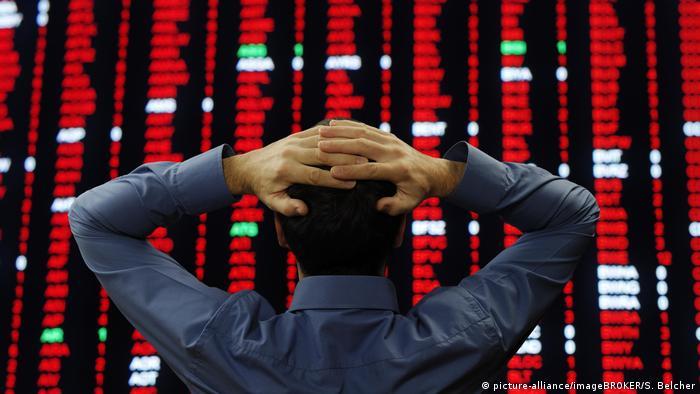 Трейдер наблюдает за курсами ценных бумаг