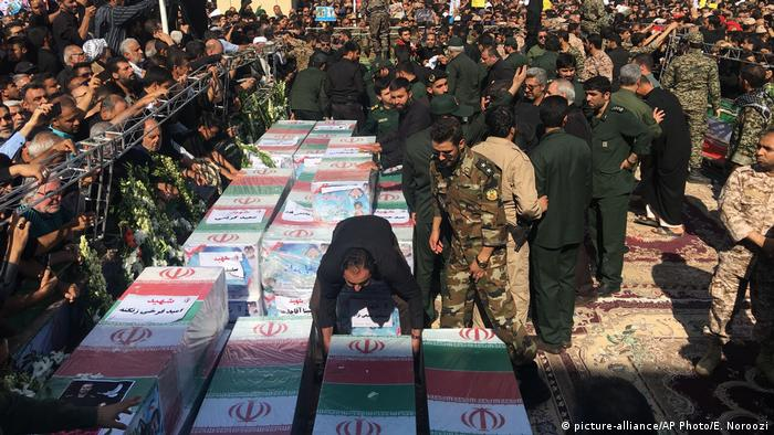 Military and civilians prepare coffins of the victims of the Ahvaz attack (picture-alliance/AP Photo/E. Noroozi)