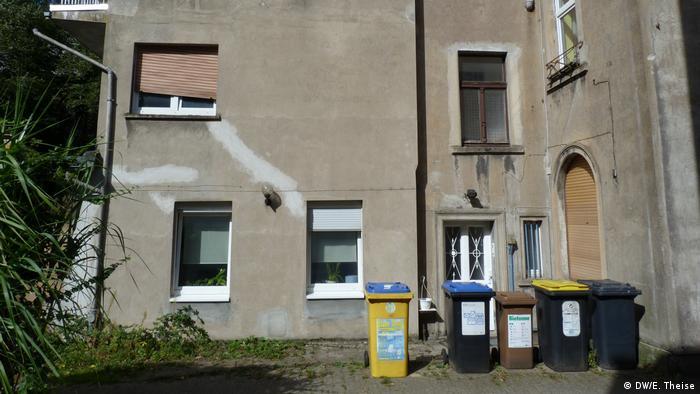 У цьому приміщенні знаходиться офіс фірми, яка платить Розенблату за нерухомість і за наукову діяльність