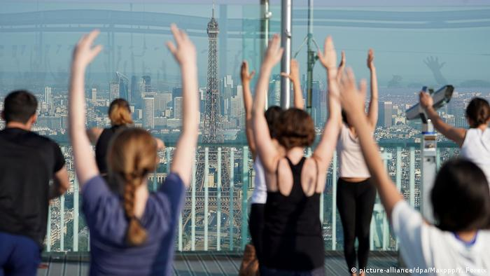 Frnakreich Yoga auf der Tour Montparnasse in Paris (picture-alliance/dpa/Maxppp/Y. Foreix)