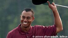 2001** US-Golfprofi Tiger Woods jubelt, lupft lachend sein Basecap und grüsst die Zuschauer. Der Superstar gewinnt am 08.04.2001 auf der Anlage des National Golf Club in Augusta (US-Bundesstaat Georgia) nach einer dramatischen Finalrunde das US-Mastersturnier mit 272 Schlägen und wiederholt seinen Erfolg von vor vier Jahren. Der Superstar ist der erste Golfspieler, der alle vier Masters-Turniere in Serie gewinnt. |