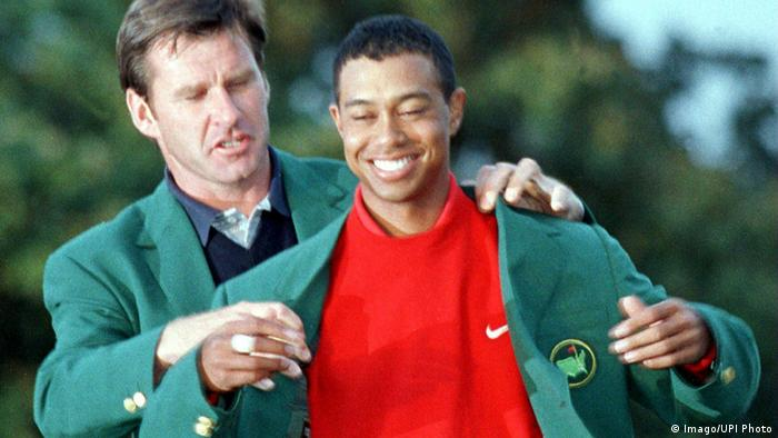 Nick Faldo hands the green jacket to Tiger Woods (Imago/UPI Photo)