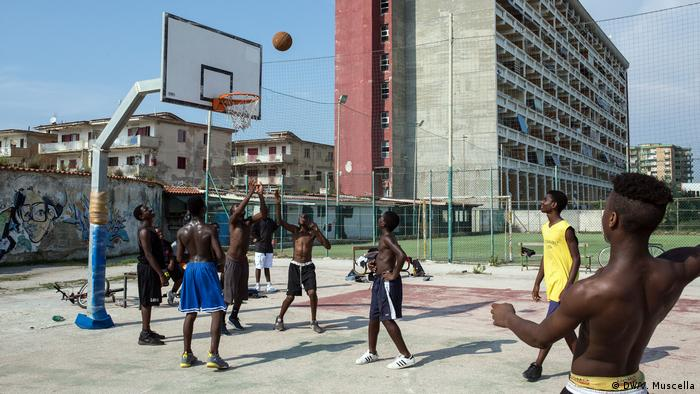 Teenagers play basketball in Castel Volturno, Italy (DW/V. Muscella)