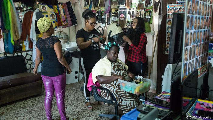 An African hair salon in Castel Volturno, Italy (DW/V. Muscella)