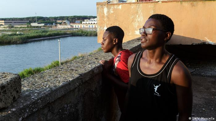 Two teenagers gaze at the sea, Castel Volturno, Italy (DW/V. Muscella)