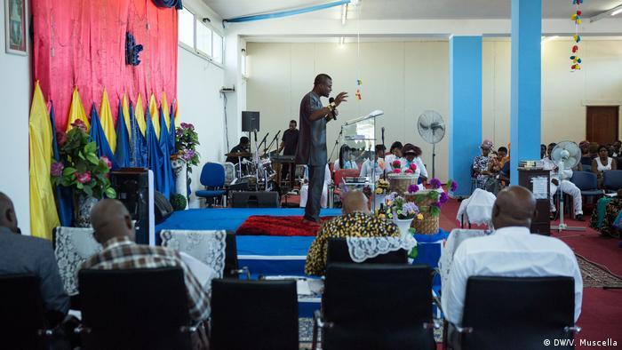A Nigerian pastor celebrates mass, Castel Volturno, Italy (DW/V. Muscella)