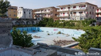 Άλλοτε τόπος παραθέρισης για ευκατάστατους Ιταλούς, το Καστέλ Βολτούρνο βιώνει σήμερα απόλυτη παρακμή