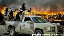 ARCHIV - Mexikanische Soldaten bewachen in Tijuna die Verbrennung von 134 Tonnen Marihuana, die zuvor sichergestellt wurden (Foto vom 20.10.2010). Photo: EPA/Sashenka Gutierrez(zu dpa Drogenkrieg in Mexiko: Immer weniger kriminelle Banden aktiv vom 28.06.2015) +++(c) dpa - Bildfunk+++ |