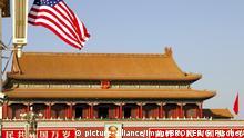 Die Flagge der USA über dem Tienanmen Platz, Staatsbesuch von Präsident Bush November 2005, Peking China | Verwendung weltweit, Keine Weitergabe an Wiederverkäufer.