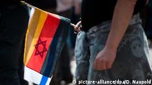 Pegida Demo Germany & Israel flag (picture-alliance/dpa/D. Naupold)