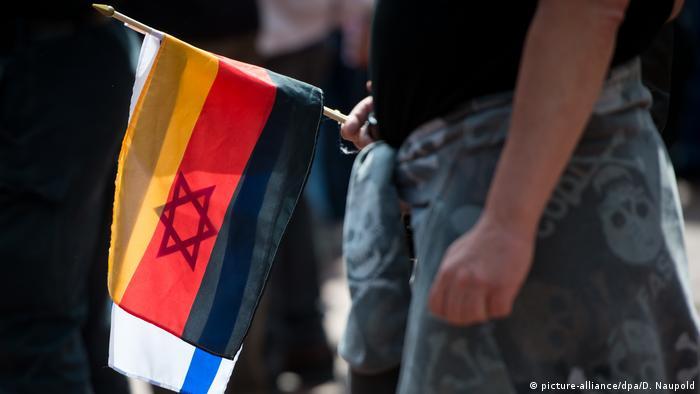 Deutschland AfD & Religion | Pegida-Demo Flagge Deutschland & Israel (picture-alliance/dpa/D. Naupold)