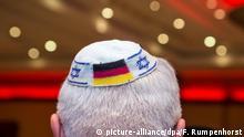 Deutschland AfD & Religion | Mann mit Kippa und deutscher Flagge