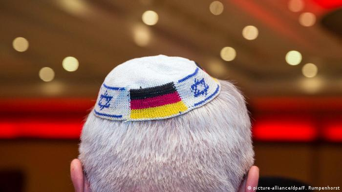 Person wearing a kippa embroidered with the German and Israeli flags (picture-alliance/dpa/F. Rumpenhorst)