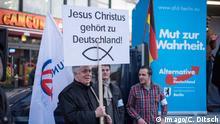 Berlin AfD-Protest gegen Fluechtlingspolitik AfD protestiert in Berlin gegen die Fluechtlingspolitik der Bundesregierung. Am Samstag den 31. Oktober 2015 versammelten sich ca. 250 Anhaenger der Rechts-Partei Alternative fuer Deutschland (AfD) zu einer Kundgebung gegen die Fluechtlings- und Asylpolitik der Bundesregierung. Dabei wurde die Bundeskanzlerin Angela Merkel mehrfach scharf angegriffen. Die Berichterstattung ueber Fluechtlinge in den Medien wurde mit lautstarken Rufen Luegenpresse beschimpft. Der brandenburgische Landesvorsitzende Gauland forderte eine Fluechtlingspolitik wie in Japan, wo angeblich nur 20 Fluechtlinge pro Jahr aufgenommen werden. Etwa 350 Menschen protestierten gegen die Veranstaltung der Rechten und blockierten kurzzeitig deren Marschroute. Die Polizei ordnete daraufhin eine verkuerzte Route an und raeumte dafuer der AfD den Weg frei. 31.10.2015, Berlin Berlin AFD Protest against Fluechtlingspolitik AFD protested in Berlin against the Fluechtlingspolitik the Federal government at Saturday the 31 October 2015 gathered to Approx 250 Anhaenger the right Party Alternative for Germany AFD to a Rally against the Fluechtlings and Asylum policy the Federal government here was the Chancellor Angela Merkel several times sharp attacked the Reporting About Refugees in the Media was with vociferous Call Luegenpresse insults the Brandenburg National chairman Gauland asked a Fluechtlingspolitik like in Japan where supposedly only 20 Refugees pro Year Date will about 350 People protested against the Event the Right and blocked briefly others roadmap the Police arranged then a Route to and raeumte dafuer the AFD the Way free 31 10 2015 Berlin