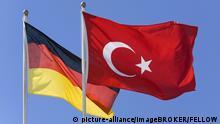 Die türkische und die deutsche Flagge - symbolisch für das deutsch-türkische Verhältnis | Verwendung weltweit, Keine Weitergabe an Wiederverkäufer.