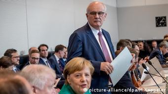 Unionsfraktion im Bundestag, Bundeskanzlerin Angela Merkel (CDU) und Volker Kauder (CDU) (picture-alliance/dpa/M.Kappeler)