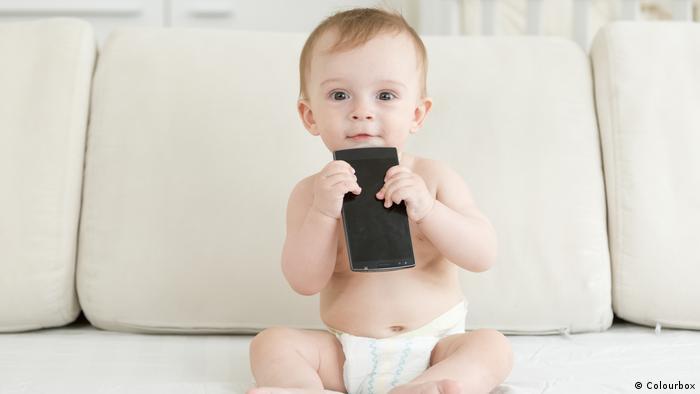 Symbolbild - Kind mit Smartphone (Colourbox)