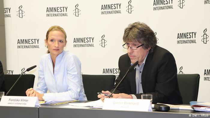 غونتر بوركهارت، الأمين العام لمنظمة برو أزول وبجواره فرانزيسكا فيلمار الخبيرة بقوانين وسياسة اللجوء