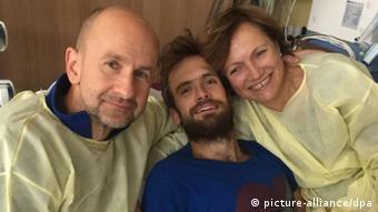 Петр Верзилов с родителями в клинике Charite, 2018 год