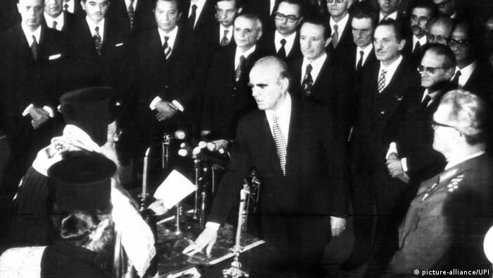 Konstantin Karamanlis (center) sworn in office in 1974 (photo: picture-alliance/UFI)