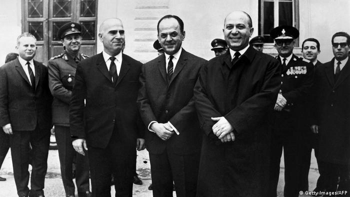 Premierminister Georgios Papadopoulos (Mitte),Innenminister Stylianos Pattakos (L) und Koordinationsminister Nikolaos Makarezos (R) um 1967 (Photo credit should read -/AFP/Getty Images)