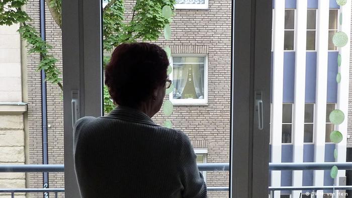 Monika Müller von hinten vor einem Fenster (DW/M. von Hein )