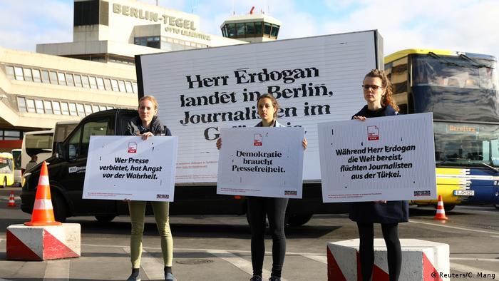 فعالان سازمان گزارشگران بدون مرز با شعار اردوغان به برلین میرود و خبرنگاران ترکیه به زندان به استقبال اردوغان رفتند