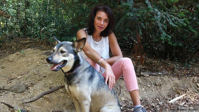 Monika Krüger aus Keyenberg mit ihrem Hund (Foto: DW/G. Rueter)