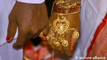 Schmuck an der Hand einer frisch verheirateten, einheimischen Frau, Indien