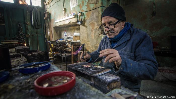 Awards were given at the opening ceremony to winners of a photo competition sponsored by DW Akademie and the EU Delegation in Libya. Amin Mustafa Alamri's shot of a silversmith at work was among the winning photos. (Amin Mustafa Alamri)