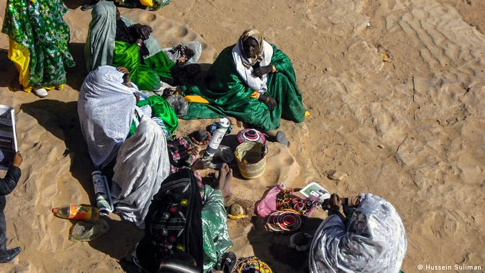 Tuareg women making traditional jewelry, captured on camera by Hussein Suliman. (Hussein Suliman)
