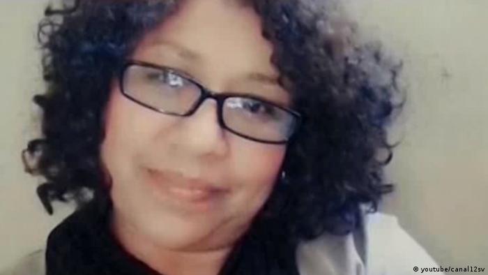 Carla Ayala (foto principal) -una agente policial de El Salvador- desapareció sin dejar rastro en diciembre de 2017, luego de una fiesta de Navidad en su trabajo. Después de meses de búsqueda, sus restos se encontraron enterrados en el terreno de un colega. Su asesino sigue prófugo.