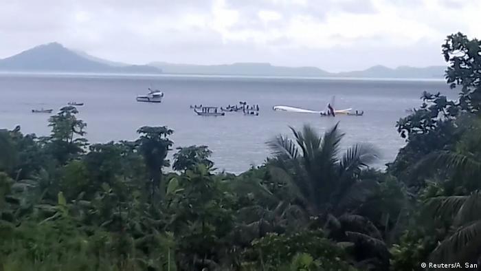 Boeing 737-800 da companhia Air Niugini boiando numa lagoa próxima ao aeroporto de Weno, nas Ilhas de Chuuk, na Micronésia