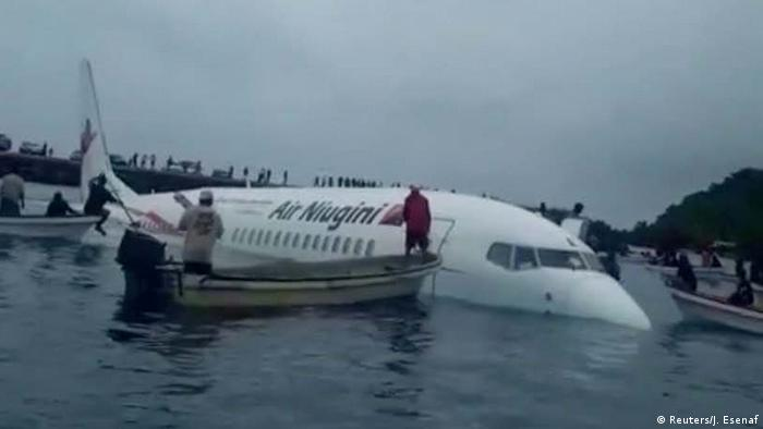 Passenger plane crash-lands in Pacific lagoon | News | DW