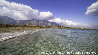 leerer Strand, klares Wasser, Bergkette im Hintergrund, Insel Kreta Griechenlan