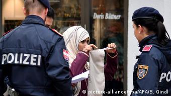 Австрийские полицейские беседуют с мусульманской