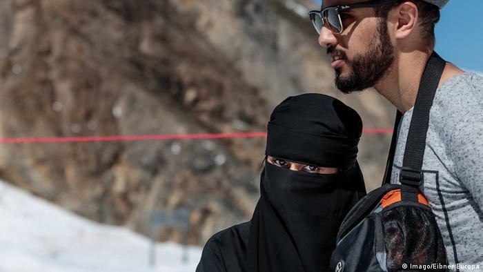 Österreich eine Frau in Burka gekleidet in Kaprun