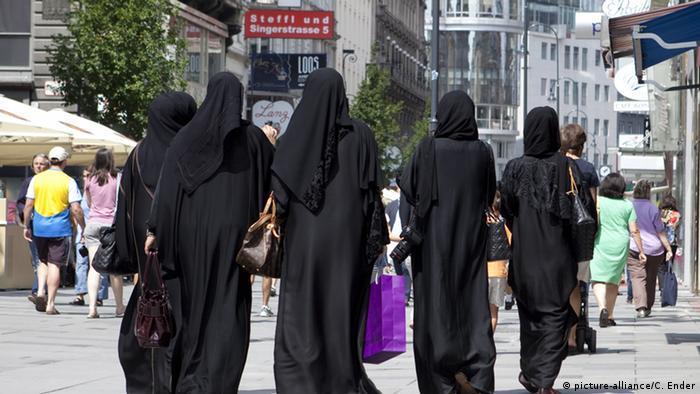 Österreich Frauen gekleidet in Burkas gehen in einer Wiener Einkaufsstrasse
