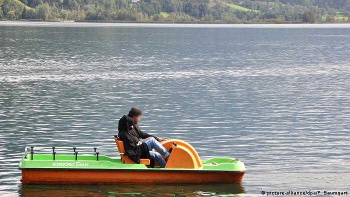 Con velo en el lago Zeller See: pareja de turistas en Austria, antes de la prohibición del burka.